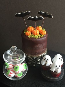 This will be Jeannie Anderson's (Maya Miniatures) first time at the Guild Show and she'll be teaching her students how to create these super cute Halloween  treats!